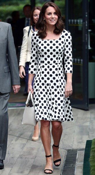<strong>17 de junho de 2017</strong> - A Duquesa de Cambridge estava deslumbrante na sacada do palácio de Buckingham durante o Trooping the Colour. Kate apostou em um vestido Alexander McQueen cor-de-rosa, tom que está bombando nas passarelas e no street style.