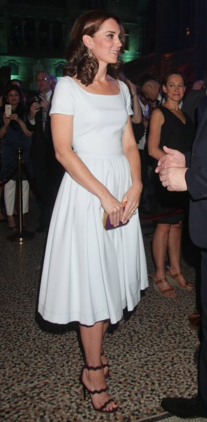 <strong>20 de junho de 2017</strong> -Kate Middleton não cansa de ser chique! A Duquesa de Cambridge brilhou no primeiro dia da Royal Ascot, tradicional corrida de cavalos na Inglaterra. O look branco total - com vestido Alexander McQueen e sapatos Gianvito Rossi - estava lindíssimo.