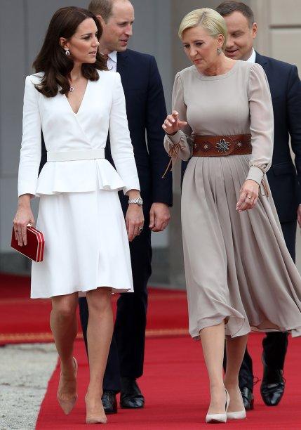 <strong>03 de julho de 2017</strong> -A Duquesa de Cambridge está de visual novo! Kate debutou o novo corte de cabelo, um pouco abaixo dos ombros, no primeiro dia do torneio de Wimbledon. Sempre fotografada de escarpins e clutch, a mãe de George e Charlotte apostou em sandálias e maxibolsa. O vestido de bolinhas é da Dolce&Gabbana.