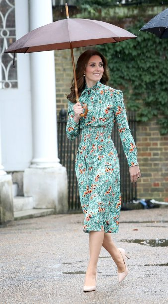 <strong>21 de julho de 2017</strong> -No último da viagem à Europa Continental, Kate usou uma peça de uma de suas designers preferidas, Emilia Wickstead. Mas, desta vez, a Duquesa explorou uma nova paleta de cores ao combinar vestido lavanda e clutch vermelha.