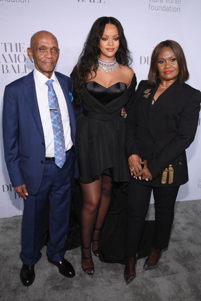 Rihanna o avô Lionel e a mãe Mônica