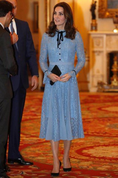 <strong>30 de julho de 2017</strong> -Kate Middleton e os Príncipes William e Charles estão na Bélgica para uma série de eventos em torno do centenário da Terceira Batalha de Ypres. Para o primeiro compromisso da viagem, a Duquesa apostou em um vestido-casaco da Alexander McQueen – o mesmo usado para o batizado de Charlotte, em março de 2016.