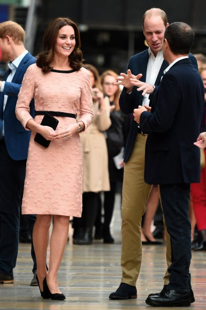 <strong>10 de outubro de 2017</strong> -Pela primeira vez desde o anúncio de sua terceira gravidez, Kate Middleton fez uma aparição pública. Ela e Príncipe William foram a uma recepção sobre o Dia Mundial da Saúde Mental no Palácio de Buckingham, em Londres. O look azul da duquesa é Temperley London.