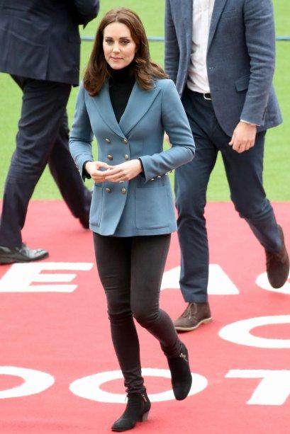 <strong>16 de outubro de 2017</strong> - Com um look <span>Orla Kiely, a</span>duquesa protagonizou um momento de fofura hoje! Acompanhada pelo Príncipe William, Kate estava na estação Paddington, em Londres, para o Charities Forum Event e até aproveitou o ursinho para fazer uns passos de dança. Veja na foto a seguir!