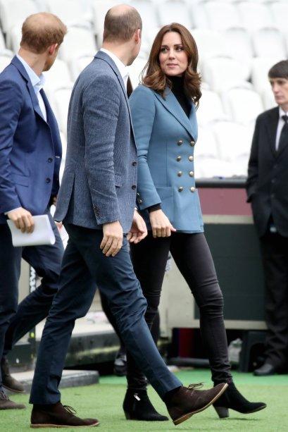 <strong>18 de outubro de 2017</strong> -Kate Middleton<span>fez sua terceira aparição pública desde o anúncio de sua gravidez hoje (18), em Londres. A duquesa,</span>Príncipe William<span>e</span>Príncipe Harry<span>foram à cerimônia de graduação da fundação Coach Core e ela escolheu um look belo e prático para a ocasião: calça skinny + botas de cano curto + blusa de gola alta pretas + casaco azul, que deu aquele ar chique à produção.</span>