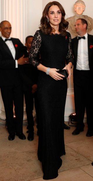 <strong>07 de novembro de 2017</strong> - <span>Com um look</span><span>Diane von Furstenberg, Kate foi ao jantar anual do Centro Anna Freud para Crianças e Famílias em Londres, no Palácio de K</span><span>ensington.</span>