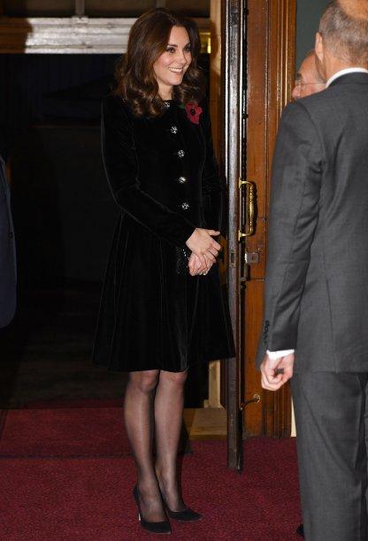 <strong>12 de novembro de 2017 </strong>-<strong></strong><span>Kate elegeu um look sóbrio para ir ao Remembrance Sunday memorial, em Londres, evento que honra todas as pessoas que morreram na guerra.</span>