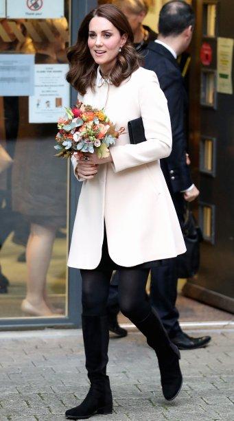 <strong>14 de novembro de 2017 </strong>-<strong></strong><span>Com um casaco creme, meia calça e botas de cano alto, a duquesa foi vista saindo do Centro Infantil Hornsey, em Londres.</span>
