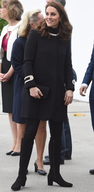 <strong>22 de novembro de 2017 </strong>- a duquesa arrasou na elegância em seu look total black, com poucos detalhes em tom pérola. Ela equilibrou a nova silhueta da barriguinha de quatro meses de gestação com um casaco em linha A, pouco abaixo da altura do quadril.