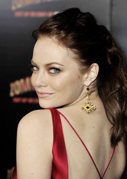 No meio de dois vermelhões, a atriz desfilou fios castanhos escuros.