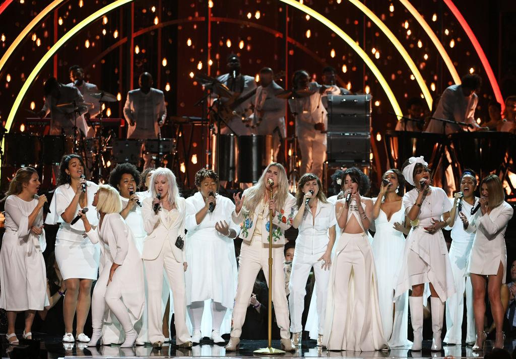 Kesha, Bebe Rexha, Cyndi Lauper, Camila Cabello, Andra Day, Julia Michaels no GRAMMY Awards 2018