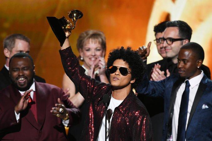 Bruno Mars recebendo prêmio na cerimônia do Grammy 2018