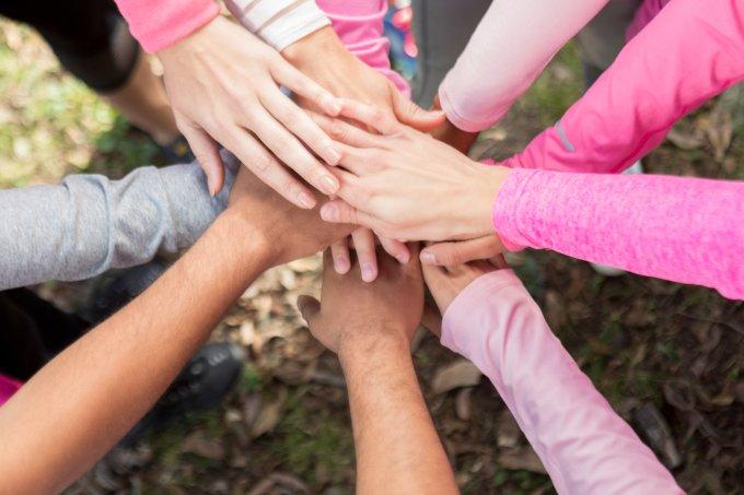 mãos rosa câncer