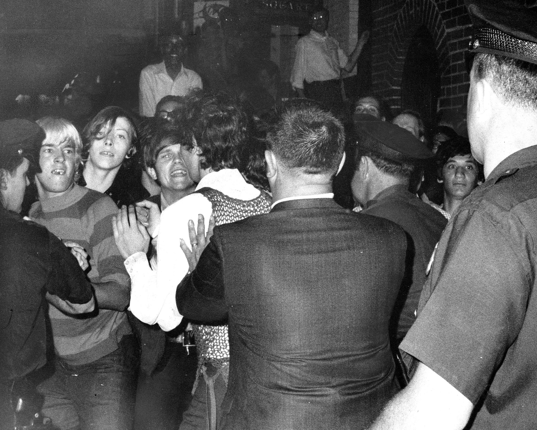Imagem registrada da noite de confronto entre LGBTs e a polícia no bar Stonewall Inn.