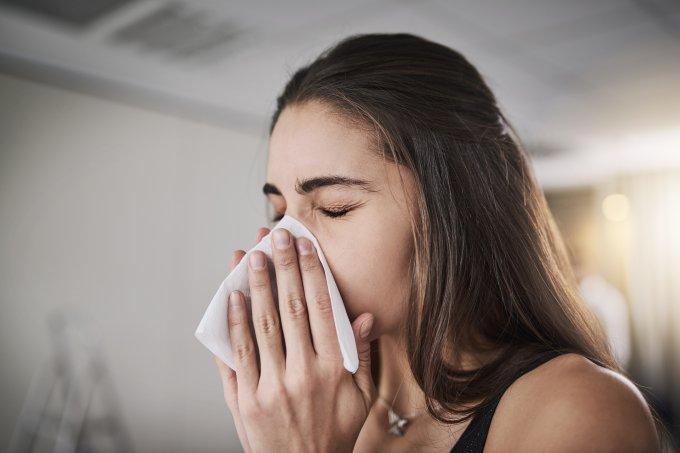 resfriado, gripe, mulher espirrando