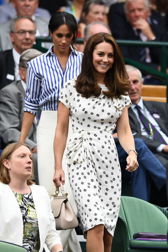 Meghan Markle, Duquesa de Sussex, e Kate Middleton, Duquesa de Cambridge, na final de Wimbledon 2018