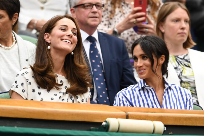 Meghan Markle, Duquesa de Sussex, e Kate Middleton, Duquesa de Cambridge, na final de Wimbledon 2018
