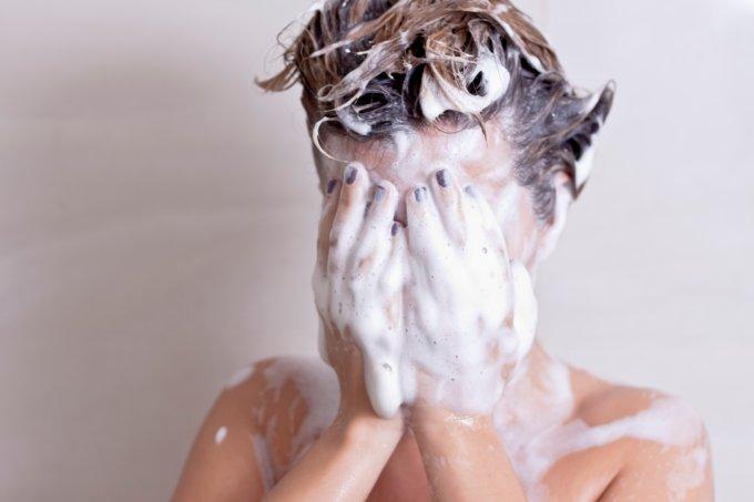 banho espuma mão no rosto