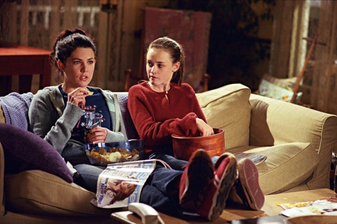 gilmore girls sofa assistindo tv