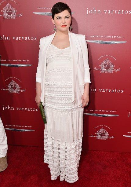 <strong>Ginnifer Goodwin</strong> //A atriz da série <em>Once Upon a Time</em> escolheu produção <em>all white</em> para marcar presença em uma festa em Los Angeles. O blazer alonga a silhueta e proporciona elegância ao vestido de pegada natural.