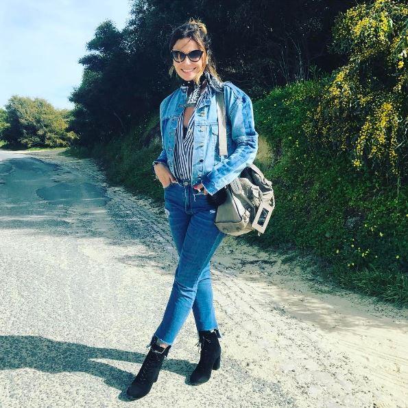 As famosas sempre apostam no look jeans total. Para deixar o visual mais elegante, camisa listrada, botinhas de salto e lenço amarrado no pescoço.
