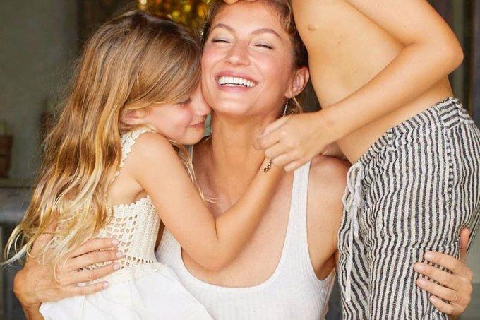 Gisele Bundchen ao lado dos filhos