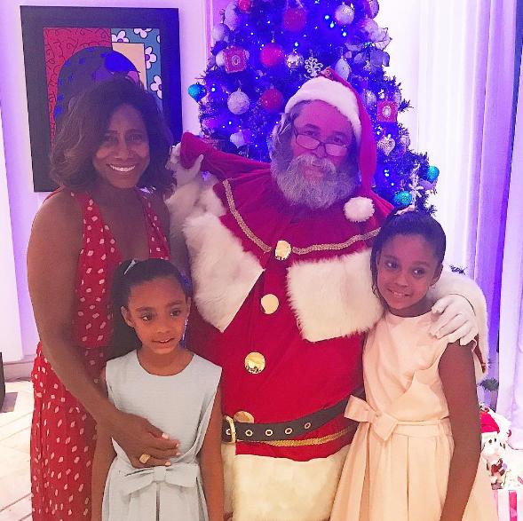 Gloria Maria e as filhas, Laura e Maria, com o Papai Noel
