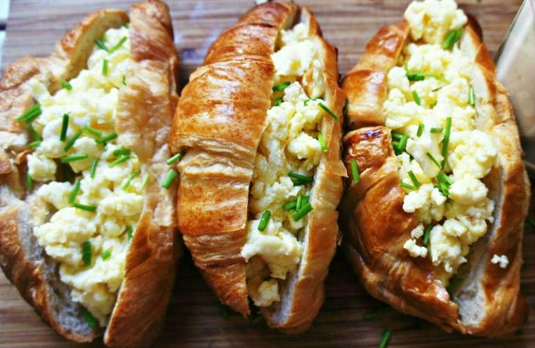 croissant-com-ovos-mexidos