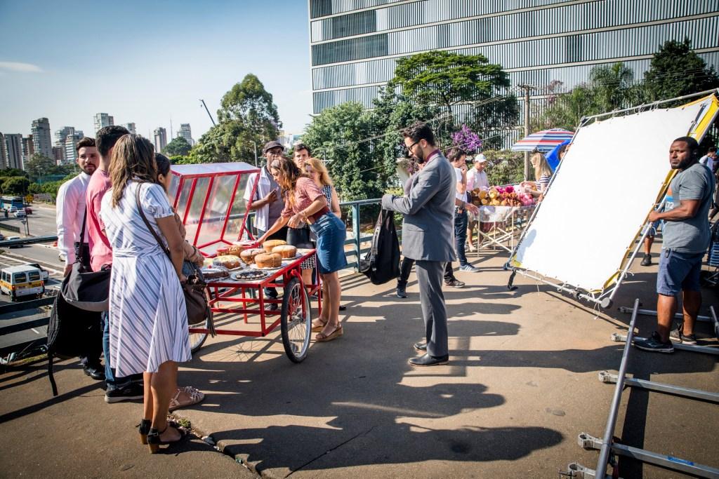 Maria Da Paz ( Juliana Paes ) entrega fatias de bolo.