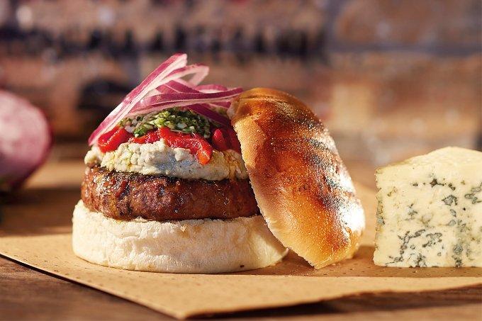 Hambúrguer com pesto de rúcula e creme gorgonzola