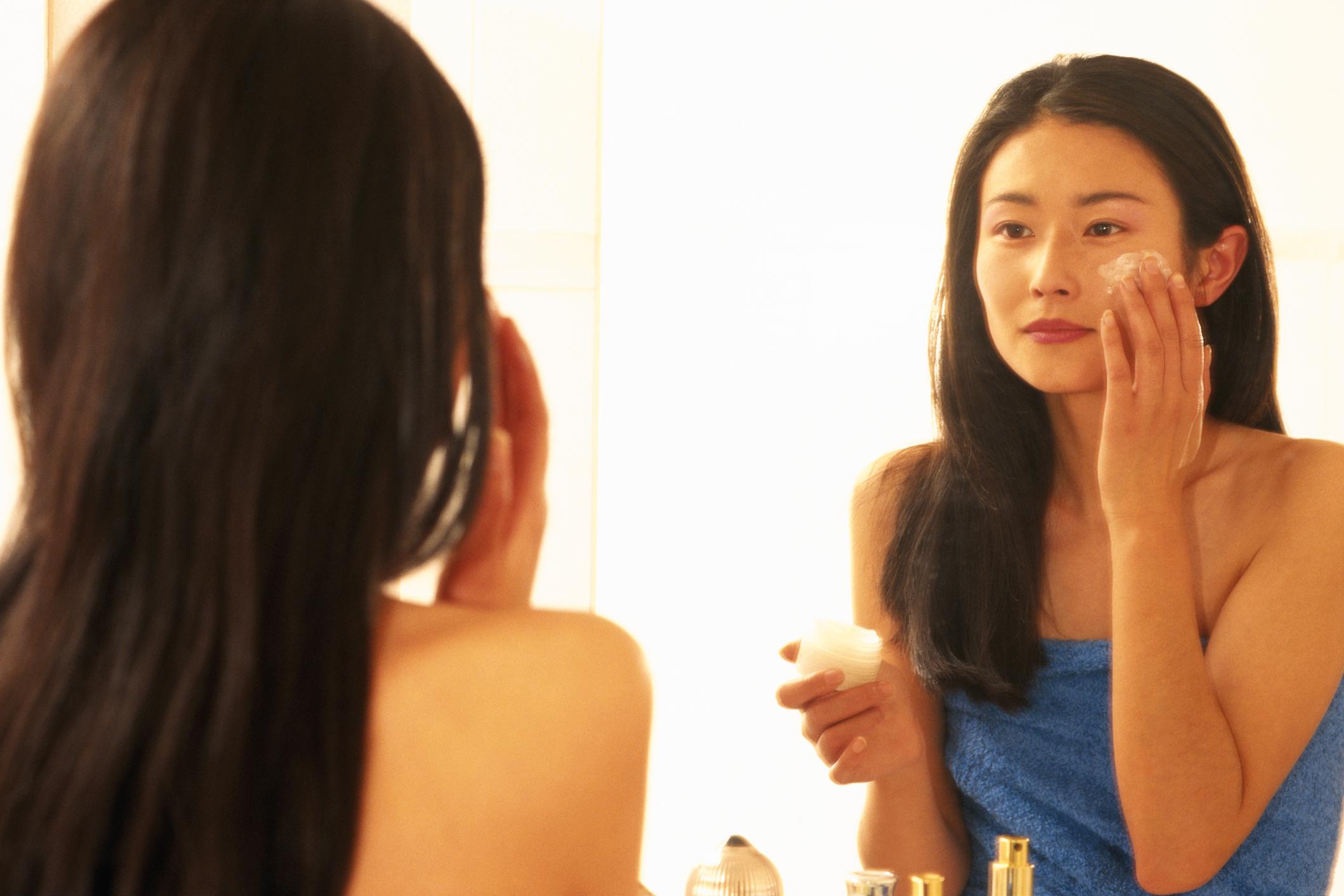 Hábitos diários para reduzir linhas de expressão - rotina de cremes