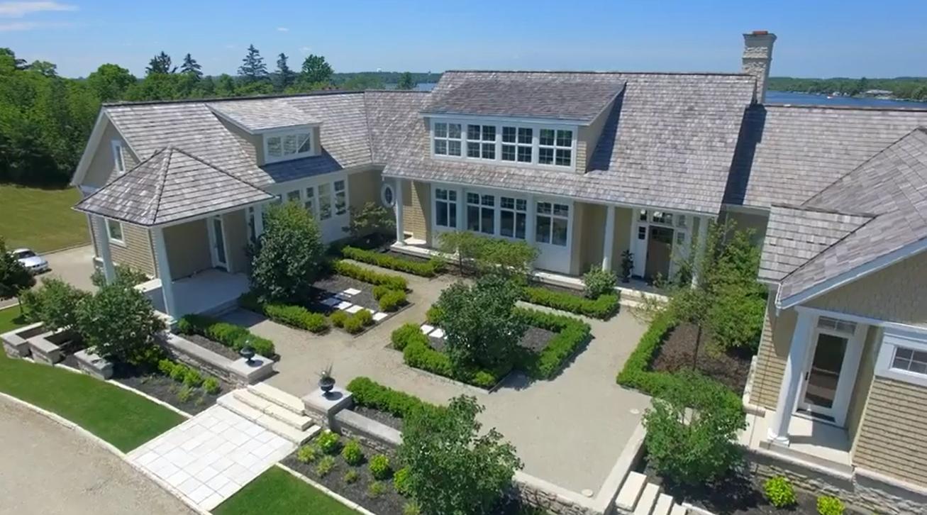 A propriedade custou 5 milhões de dólares, tem 41 acres e conta com um centro equestre próprio.