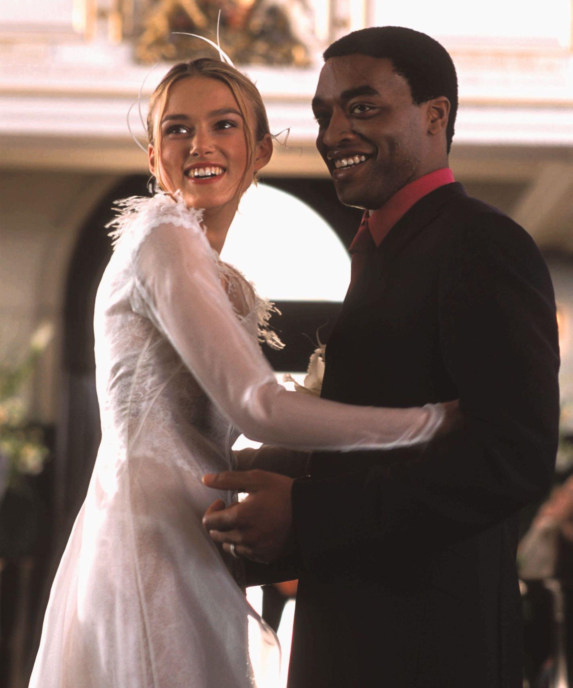 Keira Knightley em Simplesmente Amor com guarda-roupa de Joanna Johnston