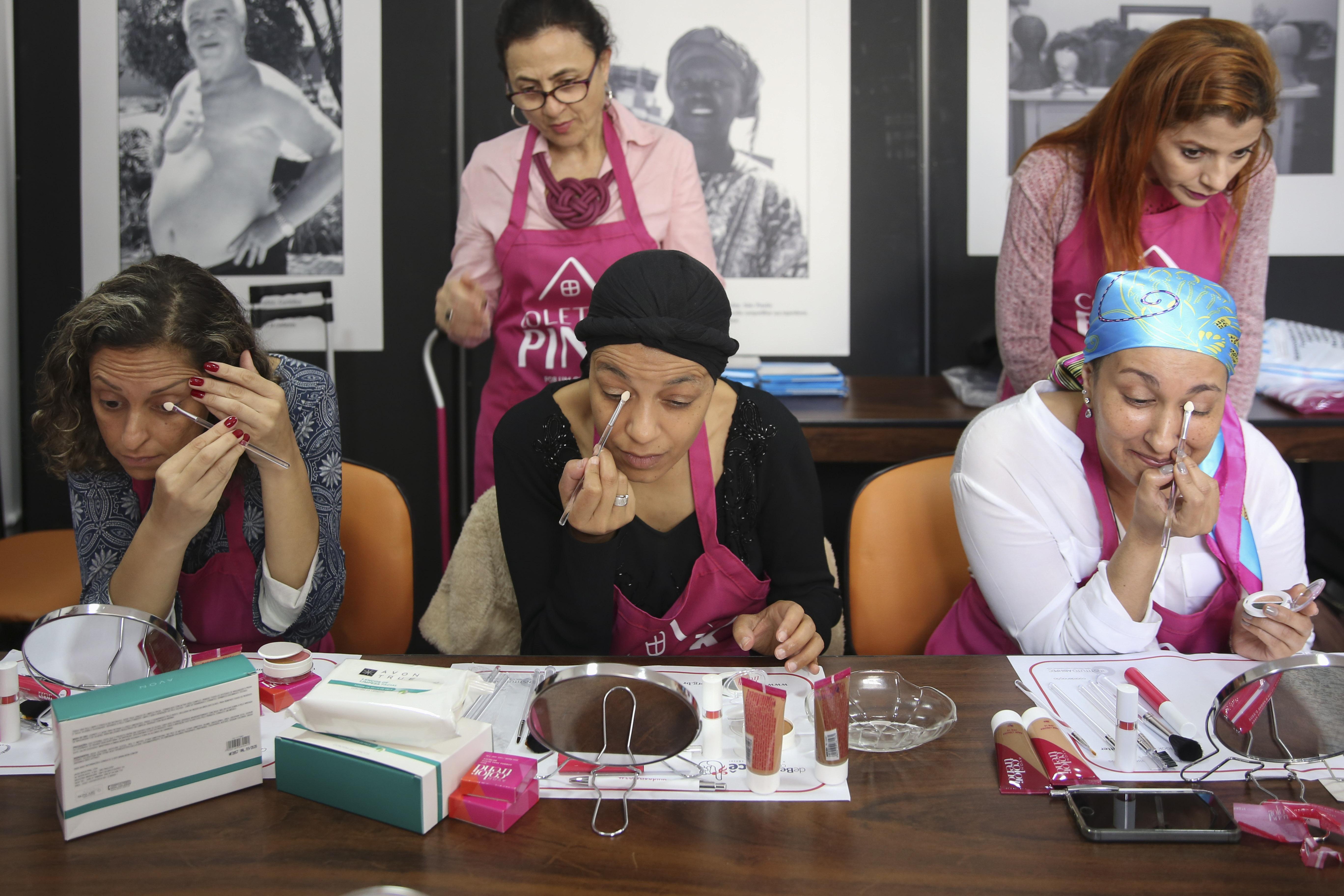 Curso de automaquiagem para pacientes com câncer de mama - Coletivo Pink - De Bem com Você – A Beleza contra o Câncer, do Instituto Abihpec