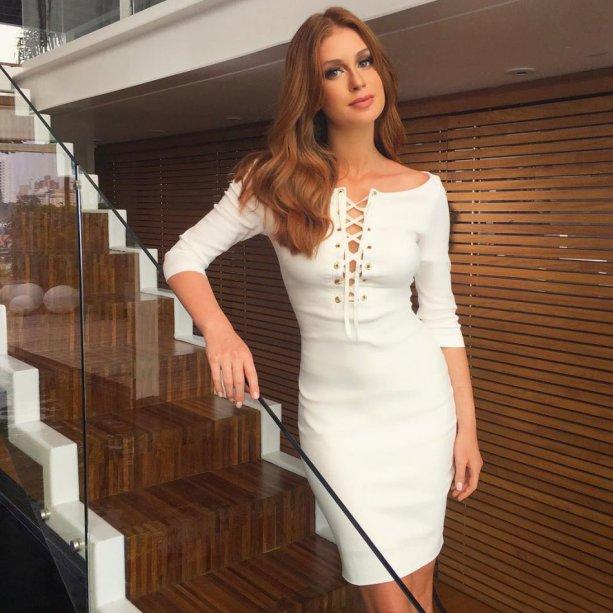 O decote de amarração injeta sensualidade no vestido de pegada minimalista.