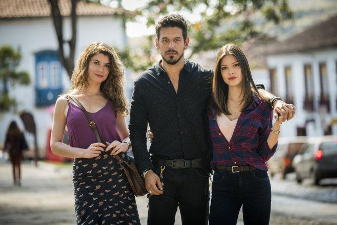 Alinne Moraes, João Vicente de Castro e Vitória Strada na novela Espelho da Vida
