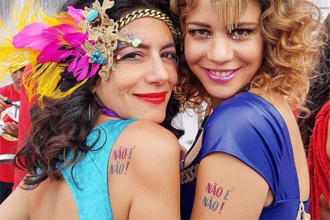 Marina Person e Leandra Leal usam tatuagens contra assédio no Bloco Acadêmicos do Baixo Augusta, em São Paulo