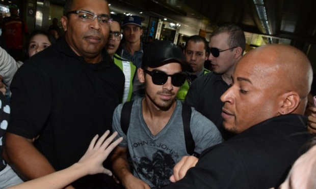 Joe Jonas causa alvoroço em São Paulo