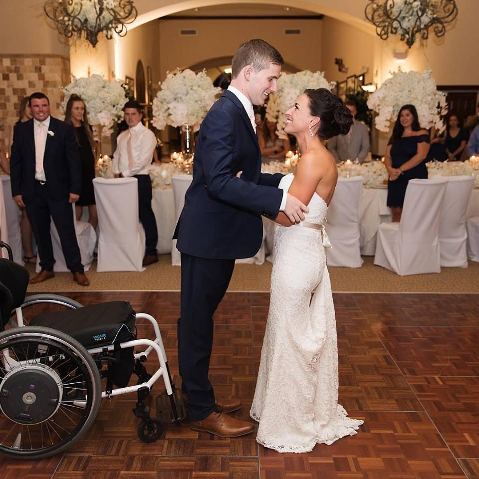 Jovem que ficou tetraplégico após acidente caminha com a noiva no casamento