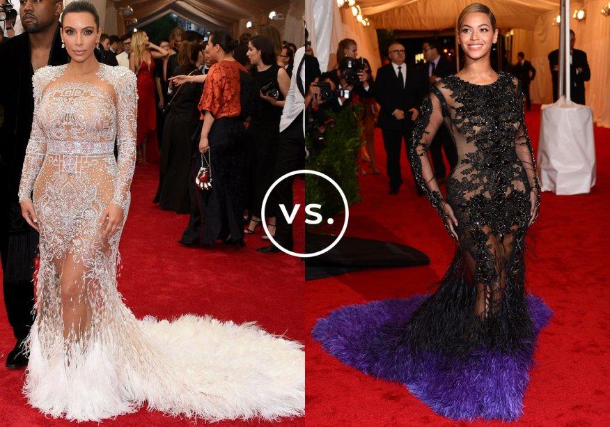 <strong>Kim Kardashian</strong> e <strong>Beyoncé</strong>. A socialite deve ter se inspirado na cantora pop quando foi escolhero look para o baile do Metropolitan Museum of Art em 2015. Kim posou para os flashes a bordo devestido de mangas compridas comtransparências e cauda com plumas da grife <strong>Roberto Cavalli</strong>. O modelo é muito parecido com o <strong>Givenchy</strong>desfilado por Beyoncé no mesmo evento três anos antes.