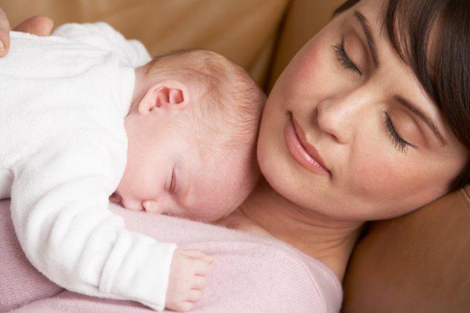 Mãe e bebê no colo