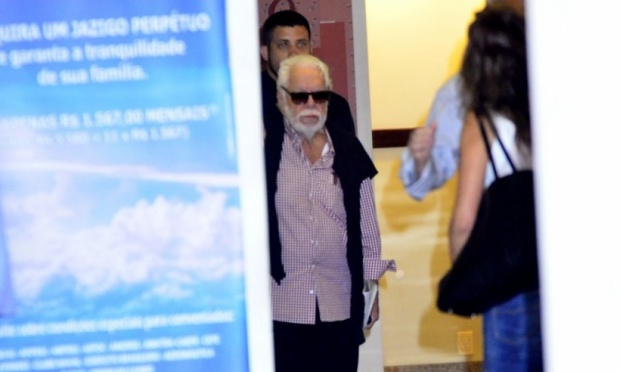 Famosos dão apoio a Manoel Carlos no velório do filho do autor