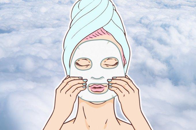 Mulher aplicando uma máscara facial