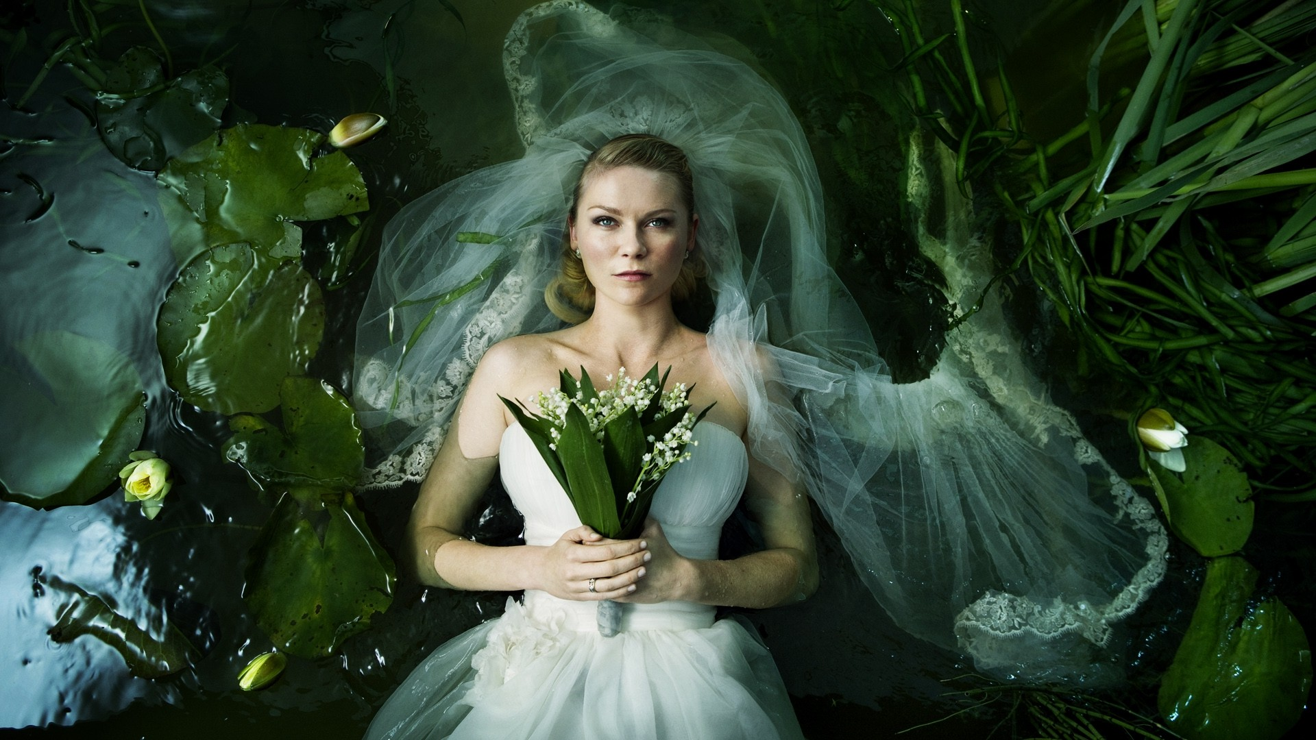 """Kirsten Dunst, a Justine de """"Melancolia (2011)"""", usando vestido de Mia Anderson e Manon Rasmussen"""