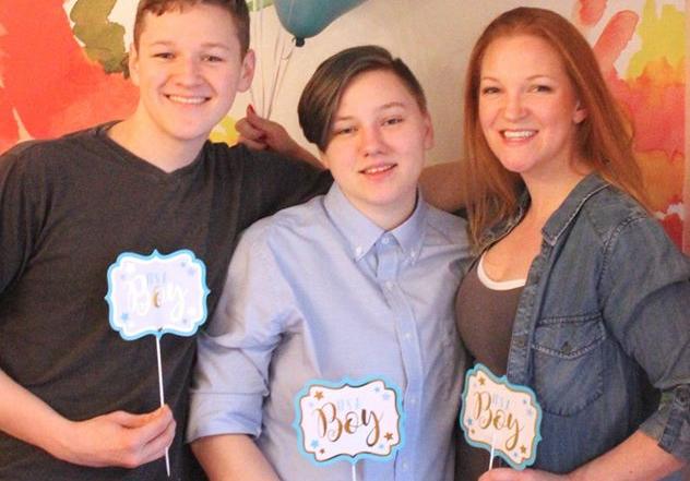 Menino trans com a mãe e irmão