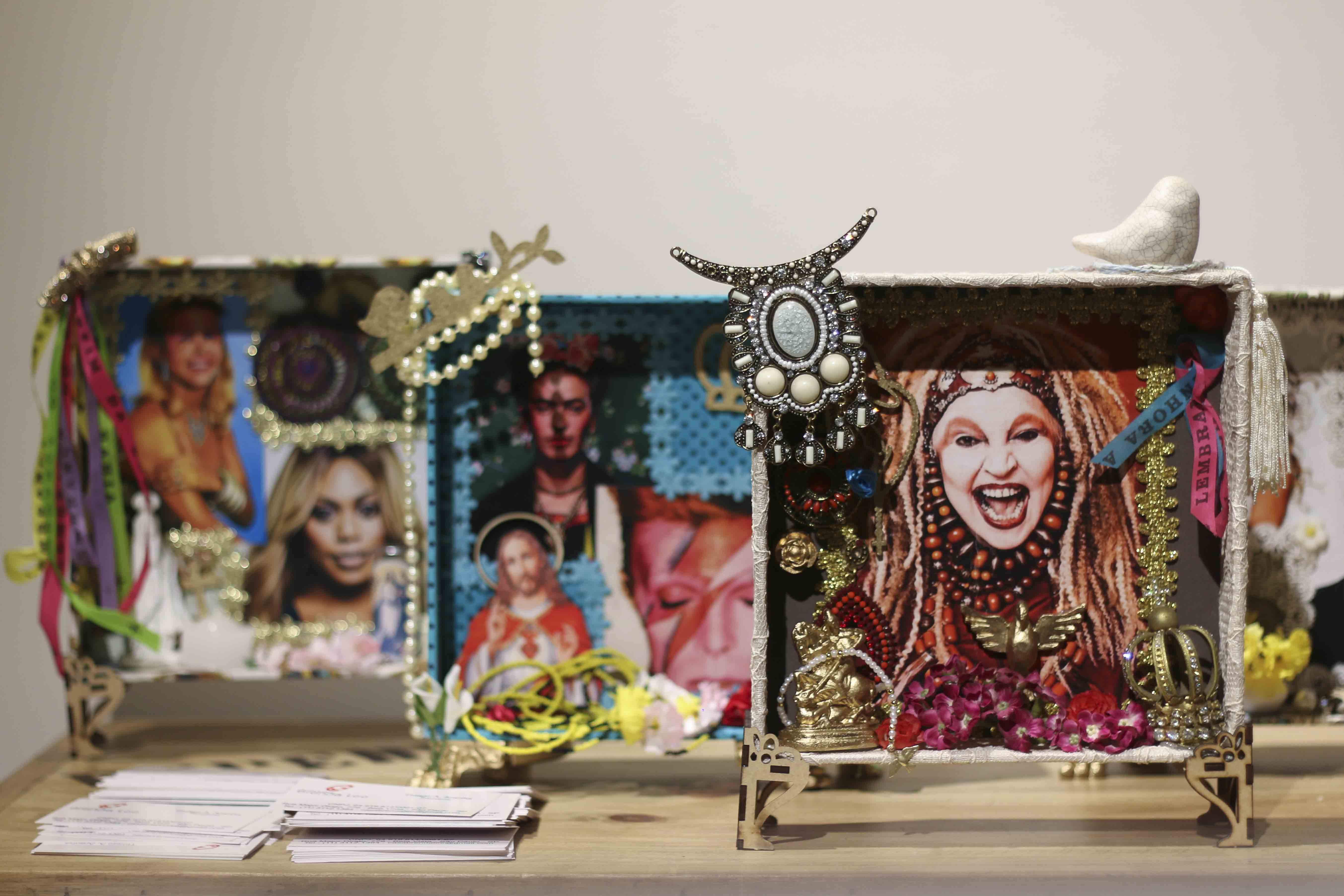 mesa com imagens de personalidades importantes para o ramo lgbt