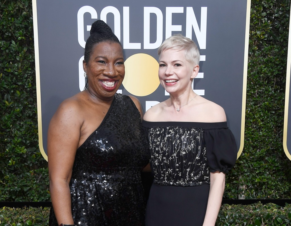 Michelle williams e tarana burke no tapete vermelho do globo de ouro