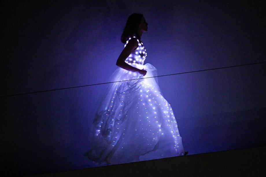 O DNA tecnológico da grife, criada há dois anos para ser vendida exclusivamente online, ficou evidente no vestido com luzes de LED que surgiu no final, ao fundo da passarela.