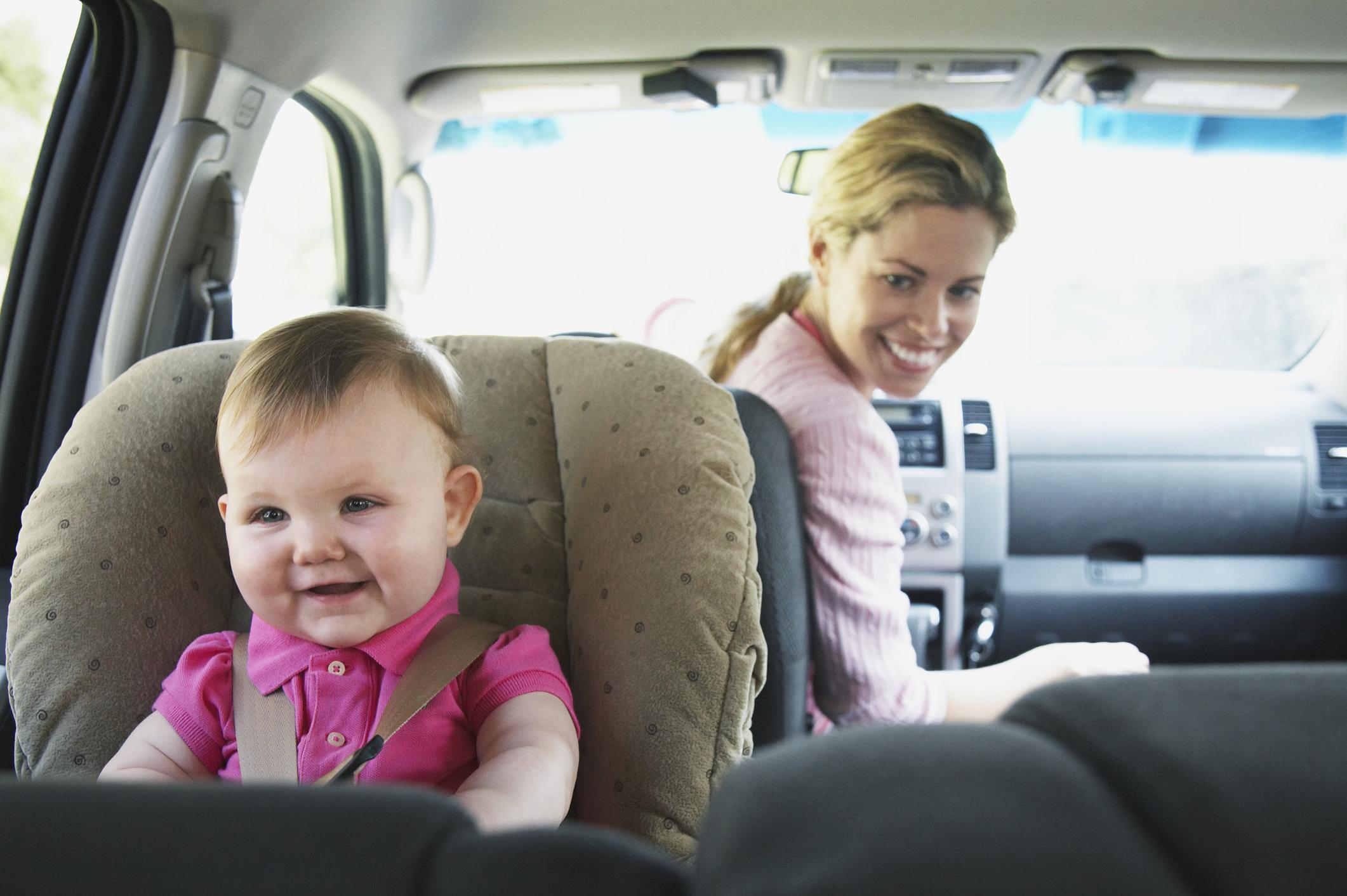 Mitos e verdades sobre o uso da cadeirinha infantil no carro