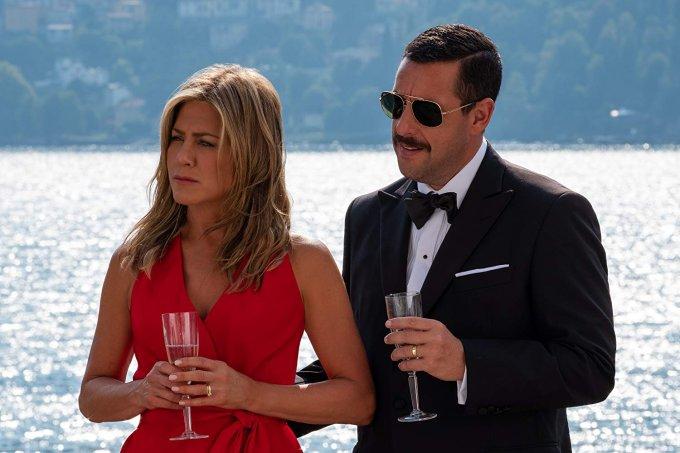 Jennifer Aniston vive Audrey Spitz e Adam Sandler vive Nick Spitz na mais nova comédia da Netflix.